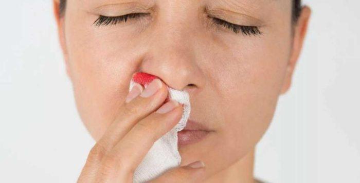 В чем риск вызова крови из носа в домашних условиях?